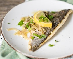 Filetto di branzino in salsa al vino e capperi